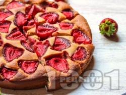 Нисковъглехидратен сладкиш с пълнозърнесто брашно, брашно от елда, банан, ягоди, кокосово масло и стевия - снимка на рецептата